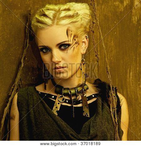 Menina loira com um retrato de colar étnico