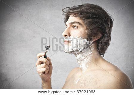 Muchacho antes de afeitarse