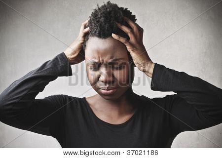 Desesperado black girl pone sus manos en el pelo