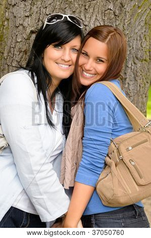 Mutter und Tochter, die Zeit zusammen verbringen park glücklich Teen lieben