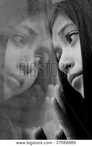 Traurige Mädchen Blick durchs Fenster