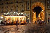 Постер, плакат: Ночная точка зрения улицы Флоренции Италия