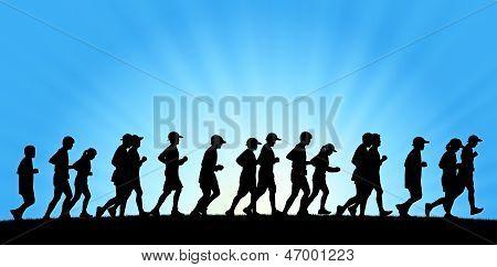 Grande grupo de pessoas correndo no fundo do céu azul