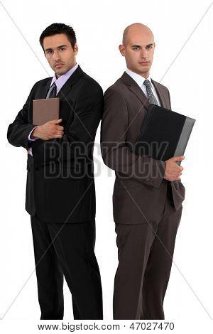 Empresários em pé de costas
