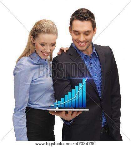 duas pessoas de negócios mostrando tablet pc com o holograma do gráfico