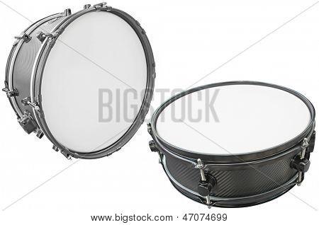 tambores aislados bajo el fondo blanco