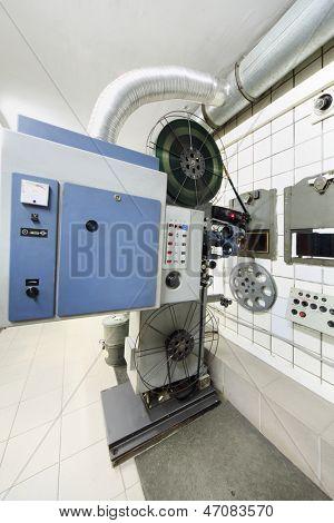 Große Projektor mit Walzen mit Videoband und im Saal des Kino-Theater.