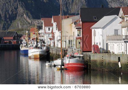 die Häuser am Ufer des Meeres in norge