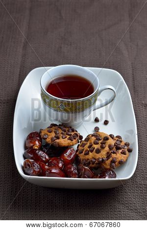 Choco chips cookies, dates and black tea