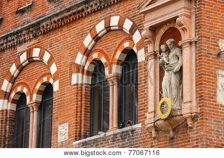 Statue On The Facade House Of Merchants ( Domus Mercatorum Or Casa Dei Mercanti )