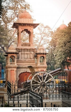 Old cannon in front of Lahore Museum