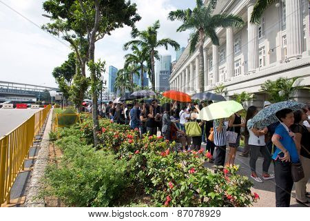 SINGAPORE - MARCH 24:People  queing up to pay their last respect to the late Mr Lee Kuan Yew, former prime minister of Singapore at the parliament house. Mar 24, 2015, Singapore.