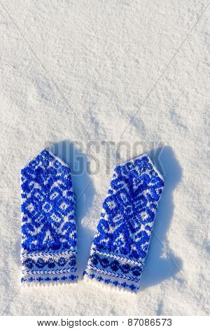 Vertical Picture Knitted Mittens Warm In The Snow