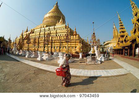 A Burmese woman visit Shwezigon Pagoda