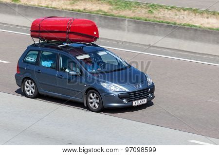 Peugeot 307 Station Wagon With Kayaks On The Roof