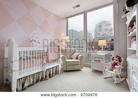 Kinderzimmer mit Blick auf die Stadt