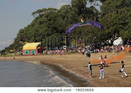 Brisbane, Australia - 22 de Apr: Brisbane a Gladstone Yacht Race paracaídas entretenimiento dibuja Wa