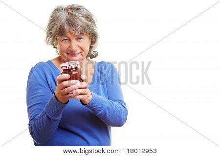 Mulher idosa com compotas caseiras