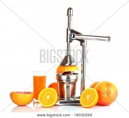 Exprimidor y naranjas sobre fondo blanco