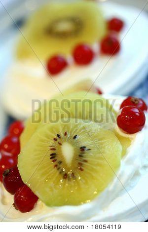 Kiwi and redcurrant meringue