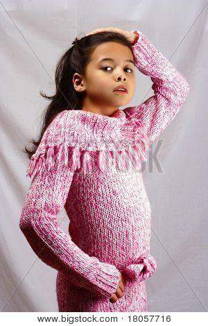Retrato de uma jovem com cabelos longos, de ascendência de mistura.