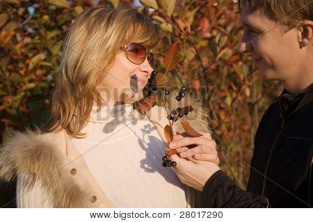 joven pareja feliz en el Parque otoño