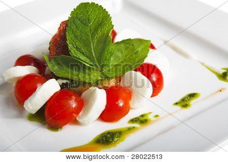 Snack mit Tomaten und Käse, isoliert auf weiss