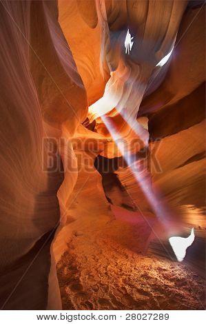 """Un haz de luz solar directa al mediodía en un magnífico cañón """"Antílope"""" en los E.e.u.u."""