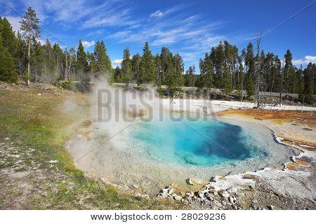malerische heißen himmelblau kleiner See im Yellowstone-Nationalpark