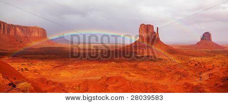 Magnífico arco iris en el valle de los monumentos en la reserva de indios navajos
