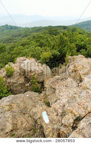 felsige Berggipfel und grünen Hügellandschaft im Sommer