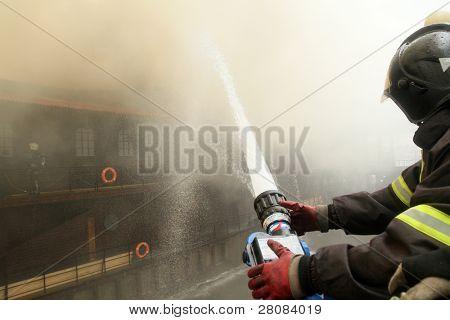 Moskau 30. April: Feuerwehr löschen Brandes im Viking schwimmende Restaurant auf der Berezhko