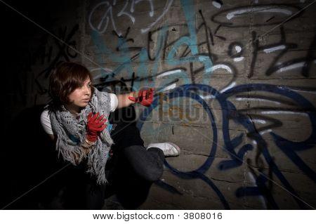 Mujer en lugar obscuro Grunge