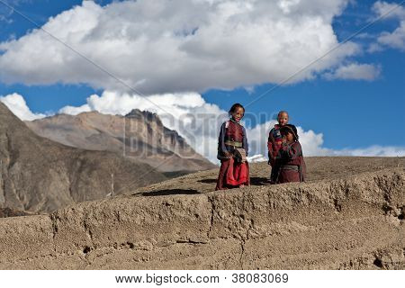 Niños tibetanos