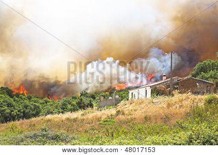 Enorme incendio amenaza viviendas en Portugal