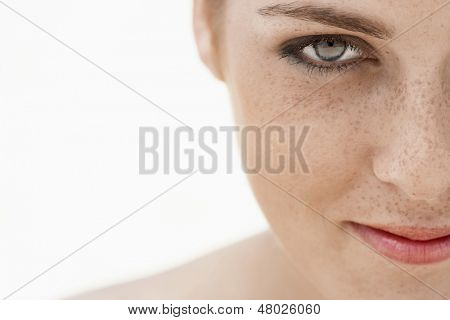 Closeup von Teenager-Mädchen-Gesicht mit Sommersprossen isolated over white background