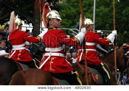 Rojo lanceros a caballo en el desfile