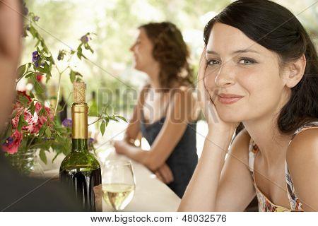 Retrato de mujer joven hermosa con amigos en la fiesta