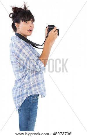 Überrascht, junge Frau, die Aufnahme mit ihrer Kamera auf weißem Hintergrund