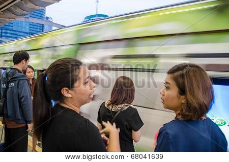 People At  Bts Skytrain  Chatting While Waiting For Next Train