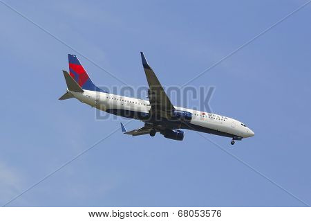 Delta Airlines Boeing 737 in New York sky before landing at JFK Airport