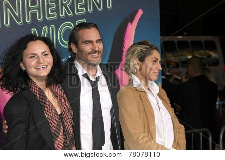 LOS ANGELES - DEC 10:  Rain Phoenix, Joaquin Phoenix, Summer Phoenix at the