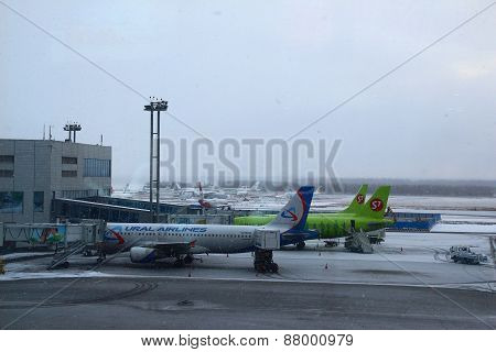 Planes at the gangway. Domodedovo Airport