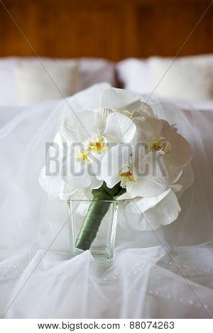 white flower toss bouquet