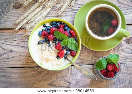 Healthy Breakfast - Oatmeal With Berries