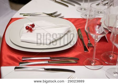 Table setting with a plate and a napkin (in red and white)