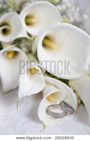 Wedding rings with calla bouquet