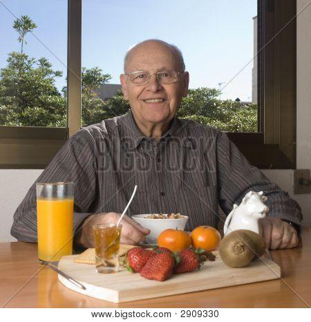 Senior hombre tener un desayuno saludable