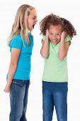 Постер, плакат: Портрет злой девушки кричать на ее подруга на белом фоне