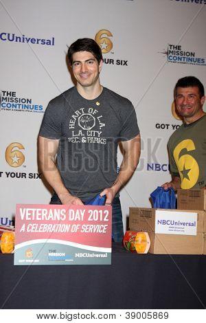 LOS ANGELES - 9 de NOV: Brandon Routh no evento dia dos veteranos serviço alimentar crianças LA na Globo T